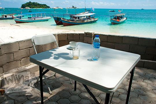 nama daftar harga kafe kedai kopi manggar terkenal yang ada di Pantai Tanjung Kelayang, Belitung pada Maret 2016