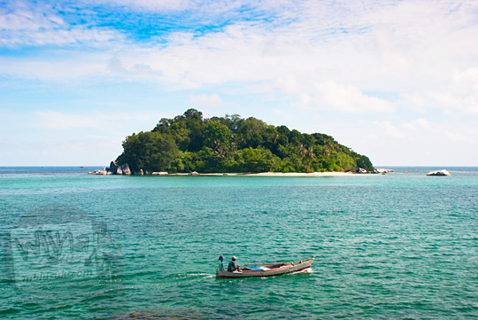 tarif harga island hopping camping kemah ke pulau-pulau kecil pasir putih tak bernama dekat Pulau Lengkuas Pantai Tanjung Kelayang, Belitung pada Maret 2016