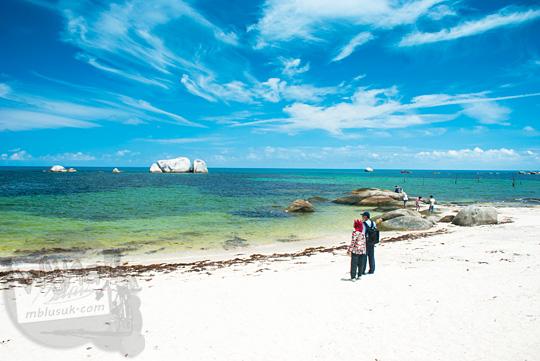 cerita wisata menyusuri indahnya hamparan pasir putih yang luas di Pantai Tanjung Kelayang, Belitung pada Maret 2016