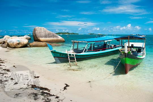 daftar operator tarif sewa kapal perahu maksimal jumlah penumpang island hopping di Pantai Tanjung Kelayang, Belitung pada Maret 2016