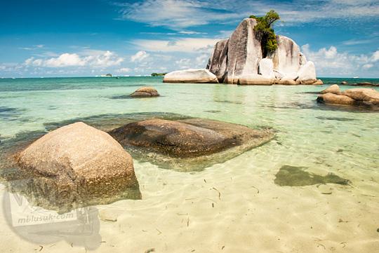 foto pemandangan indah laut dengan batu granit besar di sudut tersembunyi yang biasa dipakai untuk pemotretan model cewek bugil telanjang dan prewedding di Pantai Tanjung Kelayang, Belitung pada Maret 2016