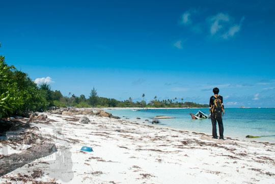 cerita wisatawan turis asing berjalan kaki menyusuri bibir Pantai Tanjung Kelayang, Belitung yang berpasir putih indah dan menjumpai banyak tempat-tempat unik dan hal-hal menarik pada Maret 2016