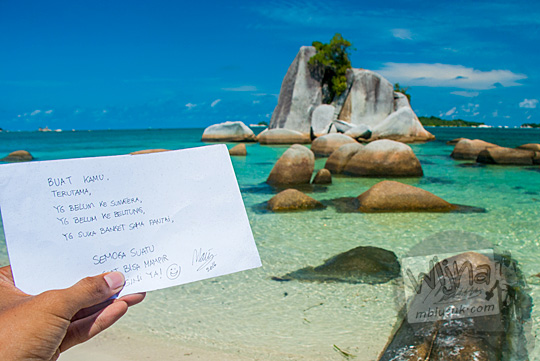 kartu ucapan doa yang dibuat oleh wisatawan untuk orang yang dicintainya difoto di Pantai Tanjung Kelayang, Belitung yang berpasir putih indah dengan batu granit besar pada Maret 2016