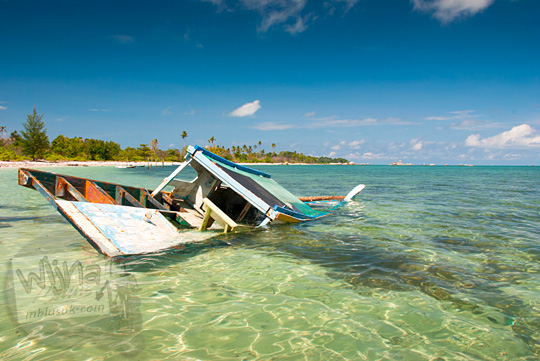 kisah sejarah kapal perahu yang karam dan angker di sisi bibir Pantai Tanjung Kelayang, Belitung pada Maret 2016
