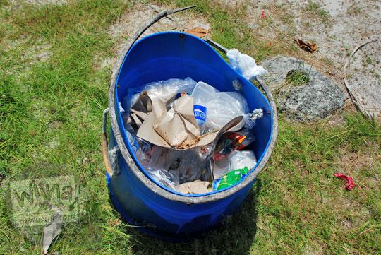 tempat sampah warna biru dari bekas drum galon yang terdapat di Pantai Tanjung Kelayang, Belitung pada Maret 2016
