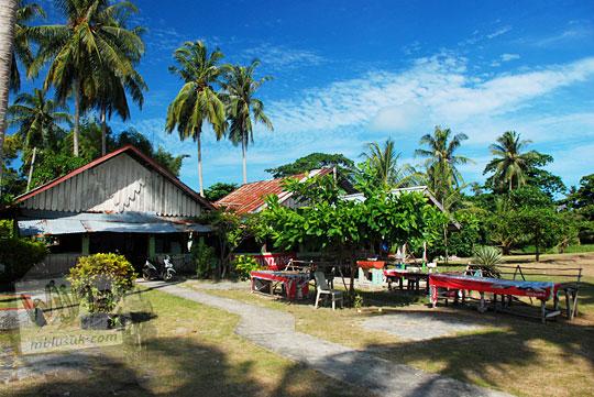 kisah profil usaha warga istri nelayan membuka kedai warung kios kelontong sederhana di Pantai Tanjung Kelayang, Belitung pada Maret 2016