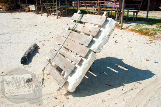 rakit bahan gabus styrofoam sederhana yang dipakai warga nelayan di Pantai Tanjung Kelayang, Belitung pada Maret 2016