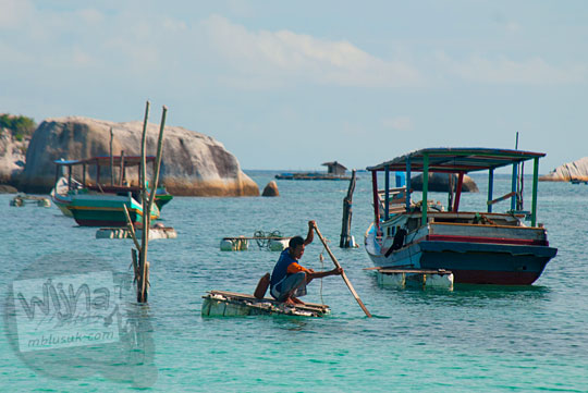 cara warga nelayan naik rakit dari gabus styrofoam untuk pergi ke perahu kapal mereka yang ditambatkan lepas pantai di Pantai Tanjung Kelayang, Belitung pada Maret 2016