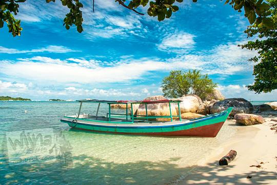 cara pergi ke pulau-pulau kecil di Pantai Tanjung Kelayang, Belitung dengan menyewa perahu nelayan setempat beserta tarif nego harganya pada Maret 2016