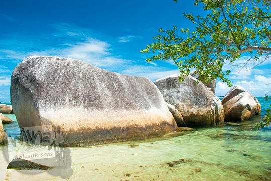 bentuk-bentuk unik batu granit besar di Pantai Tanjung Kelayang, Belitung mirip ikan paus atau kapal selam pada Maret 2016