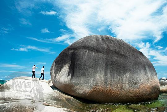 lokasi wujud bentuk penampakan batu granit besar banget raksasa seukuran rumah di Pantai Tanjung Tinggi Belitung pada Maret 2016