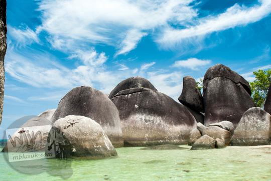 foto kumpulan batu granit besar di pinggir bibir Pantai Tanjung Tinggi pada Maret 2016