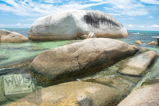 hamparan indah cantik bagus batu granit putih besar di Pantai Tanjung Tinggi Belitung pada Maret 2016