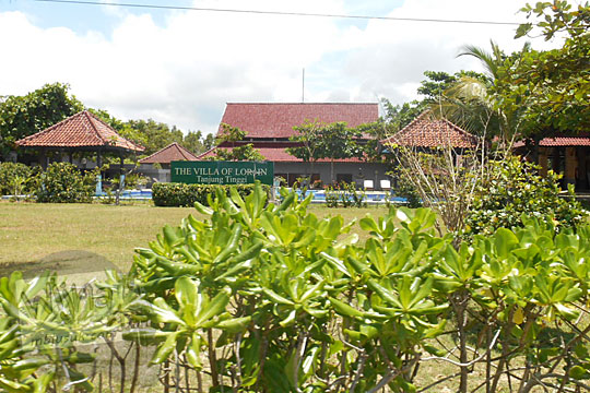 konflik sengketa warga Desa Keciput dengan investor bangunan resor hotel Lor in Villa Cottage di sepanjang pinggir kawasan Pantai Tanjung Tinggi pada Maret 2016