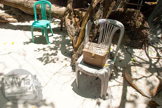 kotak sumbangan pungutan dana kebersihan suka rela jalan pintas dibuat warga setempat ditarik paksa pengunjung Pantai Tanjung Tinggi merasa keberatan pada Maret 2016