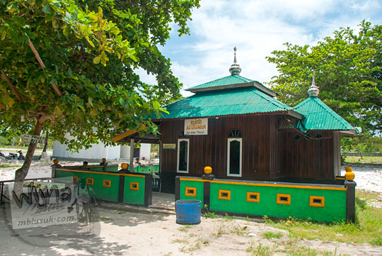 bangunan mushalla ar-rahman di kawasan wisata Pantai Tanjung Tinggi pada Maret 2016
