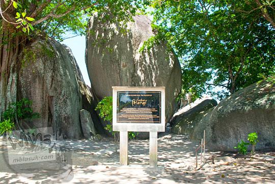 papan prasasti batu plakat lokasi syuting film Laskar Pelangi di dekat batu granit besar Pantai Tanjung Tinggi pada Maret 2016