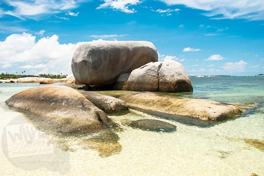 susunan indah cantik bagus batu granit putih besar Pantai Tanjung Tinggi pada Maret 2016