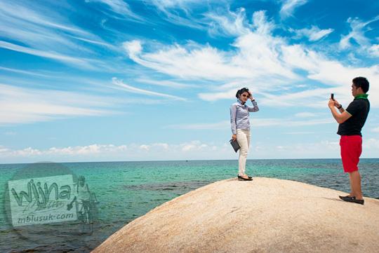 tempat spot foto favorit wisatawan pengunjung lokasi syuting adegan film Laskar Pelangi dekat batu besar raksasa menelan korban jiwa di Pantai Tanjung Tinggi pada Maret 2016
