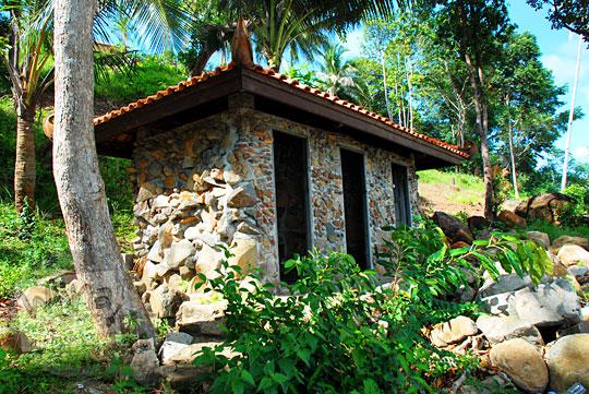 wujud bangunan toilet umum resor Bukit Berahu Tanjung Binga Belitung di dekat jalan setapak turun menuju pantai pada Maret 2016