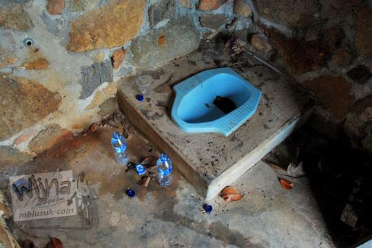 kondisi di dalam toilet pengunjung resor Bukit Berahu Tanjung Binga Belitung terlihat kotor jorok dan tidak terawat pada Maret 2016