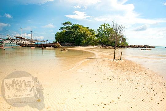 pemandangan jalan setapak di pantai pasir menuju pulau kecil dekat resor hotel restoran Bukit Berahu Tanjung Binga pada Maret 2016