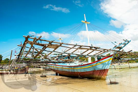 penampakan kapal tradisional yang digunakan nelayan desa Tanjung Binga Belitung bersandar di tepi pantai dekat resor Bukit Berahu pada Maret 2016