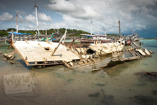 onggokan kapal perahu kayu rusak parah dan karam di tepi pantai Bukit Berahu Belitung pada Maret 2016
