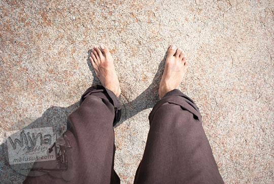 cara cewek menikmati pantai dengan lepas alas kaki di pantai Belitung pada Maret 2016