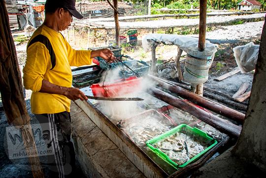 aktivitas para nelayan desa Tanjung Binga Belitung cara unik merebus ikan asin dengan air laut pada Maret 2016