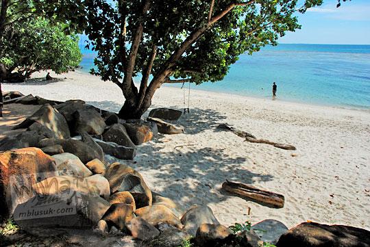 pemandangan suasana pantai pasir putih pribadi yang sepi di kawasan resort vila Bukit Berahu dekat desa Tanjung Binga Belitung pada Maret 2016