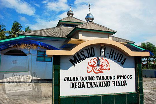papan nama masjid al huda di desa Tanjung Binga Belitung pada Maret 2016