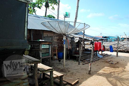 rumah panggung desa nelayan Tanjung Binga Belitung banyak menggunakan parabola atau televisi berbayar untuk menangkap tayangan televisi pada Maret 2016