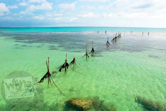 sekumpulan perangkap ikan dari kayu milik nelayan dipasang lepas pantai Tanjung Binga Belitung pada Maret 2016