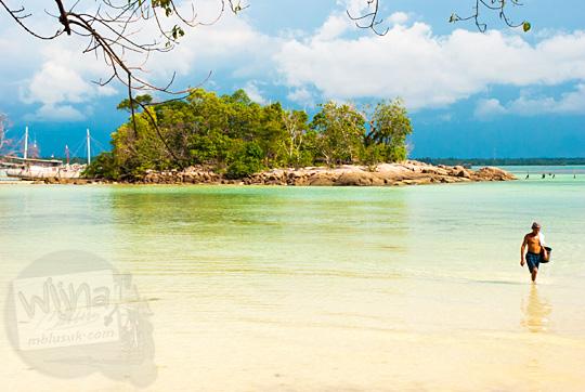 pemandangan pulau kecil dari pinggir pantai resor Bukit Berahu Tanjung Binga pada Maret 2016