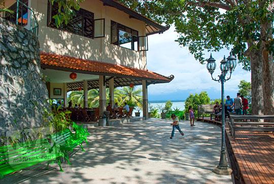 harga makanan dan pemandangan di restoran mewah Belitung bernama resor Bukit Berahu Tanjung Binga pada Maret 2016