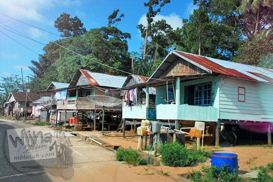 pemandangan rumah panggung tradisional milik nelayan bugis di desa Tanjung Binga Belitung pada Maret 2016