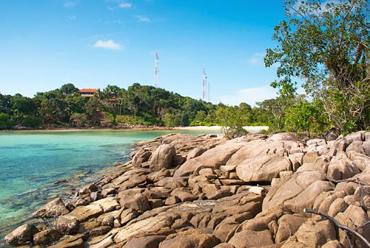 pemandangan lepas pantai ke arah resor Bukit Berahu di pinggir pulau kecil berbatu Tanjung Binga Belitung pada Maret 2016