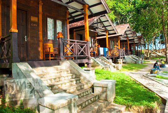 harga tarif menginap per malam di vila penginapan rumah kayu resor Bukit Berahu Tanjung Binga pada Maret 2016