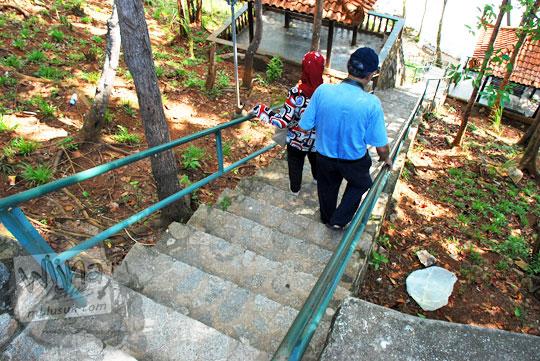 wisatawan menuruni tangga dari restoran ke arah pantai tersembunyi di kawasan resor Bukit Berahu Tanjung Binga pada Maret 2016
