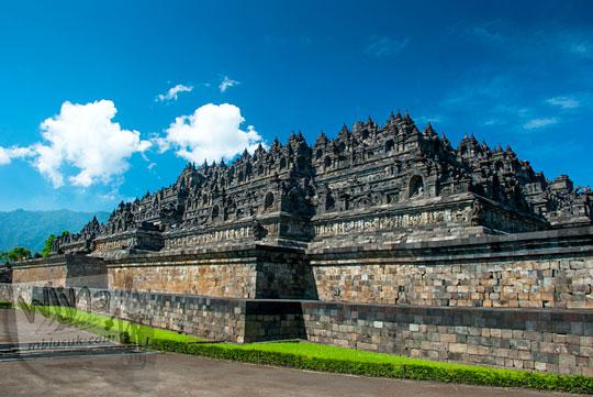 Kemegahan Candi Borobudur dengan langit biru cerah