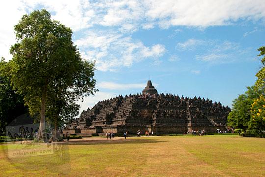 Foto Candi Borobudur dari Lapangan Aksobya di tahun 2016