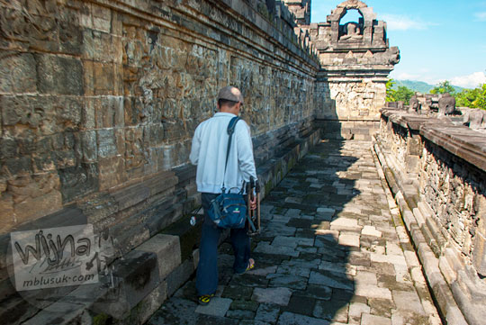 Ziarah Pradaksina keliling lorong Candi Borobudur