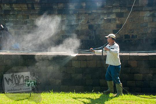 Proses membersihkan batu Candi Borobudur dengan air tekanan tinggi
