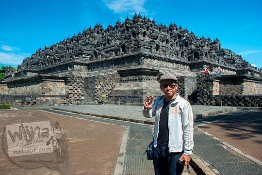 Wisatawan berpose selfie di Candi Borobudur