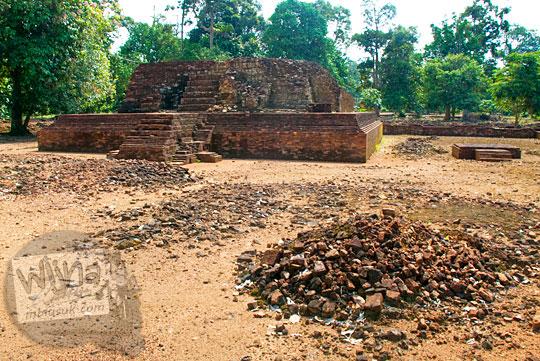 misteri dibalik reruntuhan bangunan-bangunan kecil yang tersebar di sekeliling Candi Gedong 1 di Kompleks Candi Muaro Jambi diduga merupakan tempat di mana arca-arca buddha yang disakralkan disimpan dan sering terlihat penampakan biksu di lokasi
