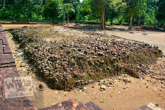laporan penelitian sejarah sekolah tentang asal-usul latar belakang proses runtuhnya bangunan batu bata di Candi Gedong 1 yang merupakan bagian dari Kompleks Candi Muaro Jambi pada April 2015