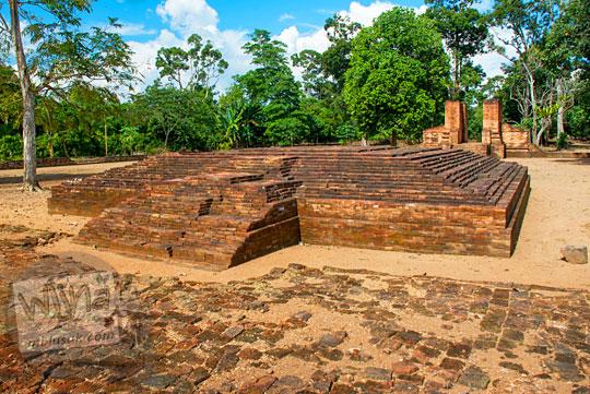 penemuan situs purbakala bangunan kuno dengan halaman yang diperkokoh dengan lantai batu bata zaman dahulu di Kompleks Percandian Muaro Jambi dekat dengan lokasi Candi Gedong 2 diduga adalah bekas bangunan istana keraton kerajaan Sriwijaya