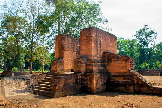 tampak depan gapura masuk ke dalam kompleks Candi Gedong 2 di Muaro Jambi yang dijaga oleh dua arca ganesha sempat hilang namun secara misterius kembali ke lokasi