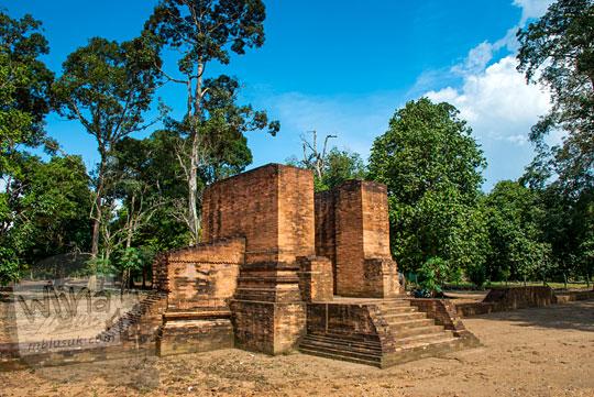 jenis perbedaan dan ciri khas dari gapura di Candi Gedong 2 dengan gapura candi-candi lain di Jawa maupun di Kompleks Candi Muaro Jambi pada April 2015